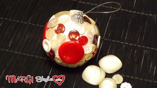 sfere natalizie con bottoni