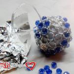 Addobbi natalizi: palline in polistirolo decorate con carta alluminio